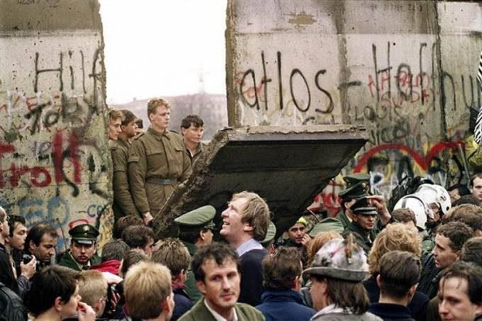 Berlin-Wall-Falls_2