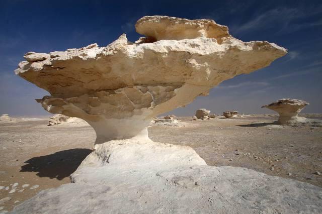 3. หินรูปทรงประหลาด ในทะเลทรายขาว 4