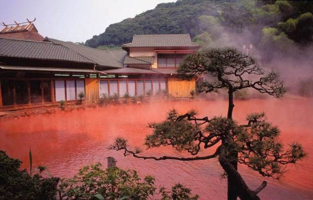 4. บ่อน้ำพุร้อนสีเลือด