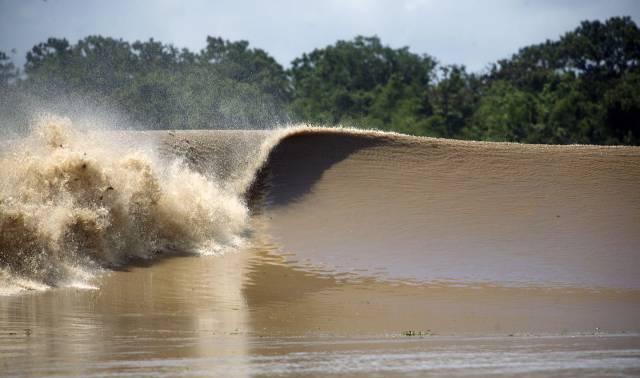 1. ปรากฏการณ์ กองทัพคลื่น แห่งแม่น้ำอเมซอน ( Pororoca )