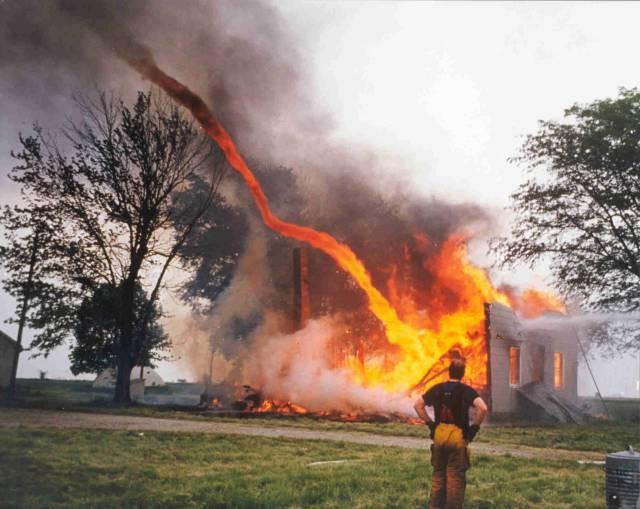 10. ปรากฏการณ์ เสาเพลิงหมุน ( Fire whirl )6
