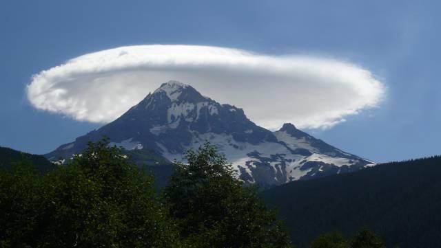 8. ปรากฏการณ์ เมฆจานบิน ( Lenticular cloud )