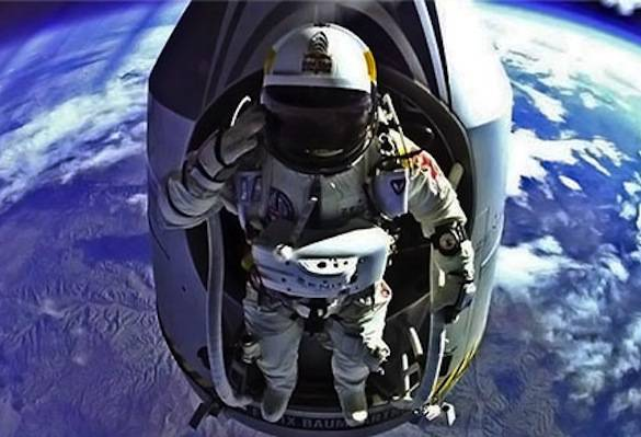Red-Bull-Stratos-Felix-Baumgartner-And-Capsule-High-Altitude-Salute