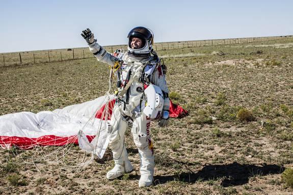 felix-baumgartner-highest-skydive-landing-wave