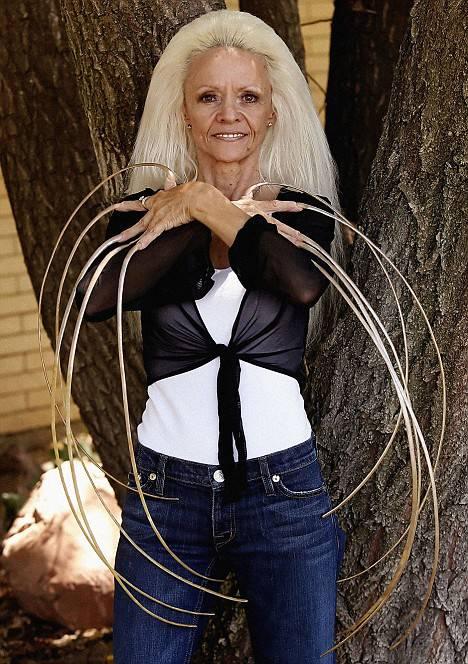 2. หญิงผู้มีเล็บยาวที่สุดในโลก 1
