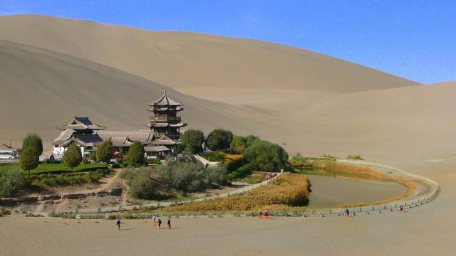 5. Crescent Moon Lake ประเทศจีน1