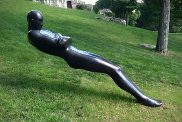 2. รูปปั้นเอน ท้าแรงโน้มถ่วง ที่อเมริกา