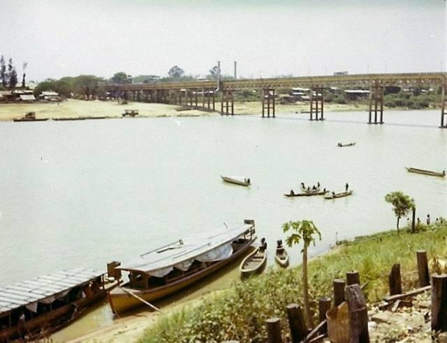 40. บรรยากาศริมแม่น้ำมูล ที่มองเห็นสะพานเสรีประชาธิปไตย อุบลราชธานี ปี 1970