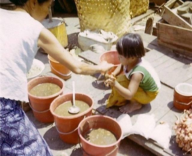 42. แม่ค้าตัวน้อย ในร้านขายปลาร้า ที่จังหวัดอุบลราชธานี ปี 1970
