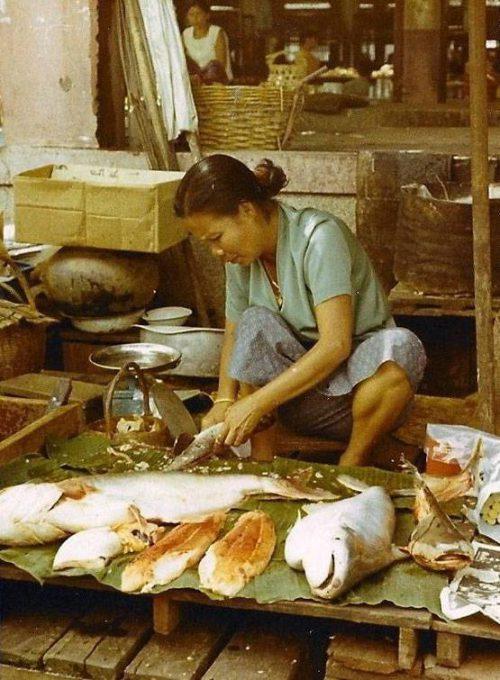 43. แม่ค้าขายปลา ที่จังหวัดอุบลราชธานี ปี 1970