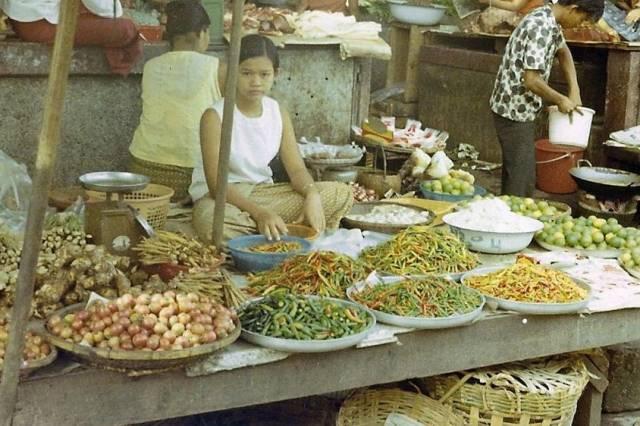 44. แม่ค้าขายผัก ที่จังหวัดอุบลราชธานี ปี 1970