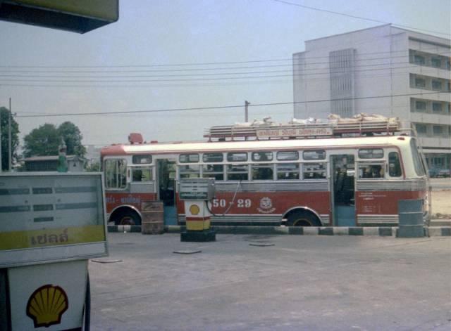 56. รถโดยสารกำลังเติมน้ำมัน ในอำเภอหาดใหญ่ ปี 1978