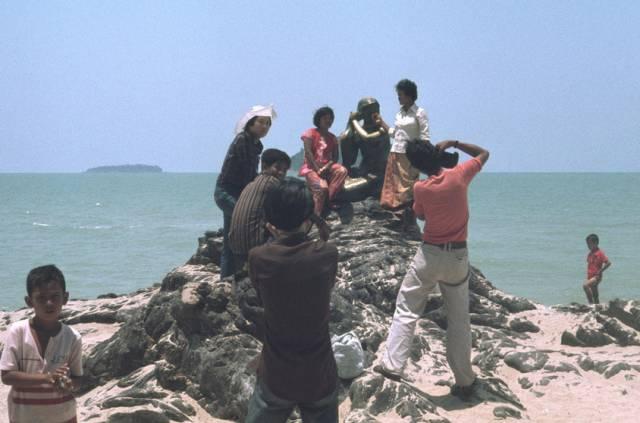 58. นักท่องเที่ยว กับรูปปั้นนางเงือก ที่หาดสมิหลา ปี 1978