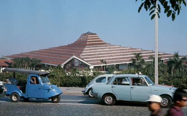 61. ถนนหน้าโรงแรมสยามอินเตอร์คอนติเนนตัล ปี 1970 ที่ในปัจจุบันคือศูนย์การค้าสยามพารากอน