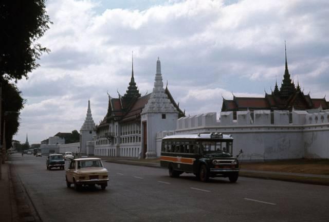 70. ถนนสนามชัย ฝั่งตรงข้ามวัดพระแก้ว กรุงเทพฯ ปี 1970