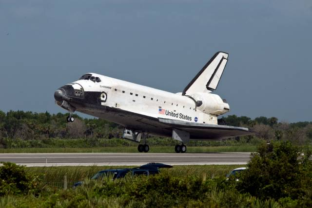space_shuttle_endeavour_lands_at_the_kennedy_space_center_on_july_31st_2009-1